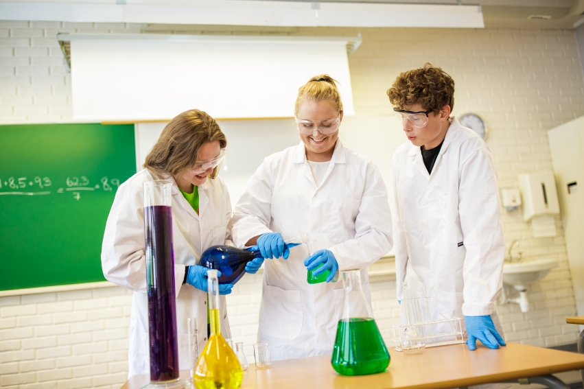Elever som jobber med forsøk i realfag